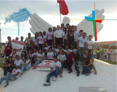 Foto: Jovens da Paróquia de Nossa Senhora da Conceição de Itaporanga na abertura da CF 2013 no meio o Bispo D. José